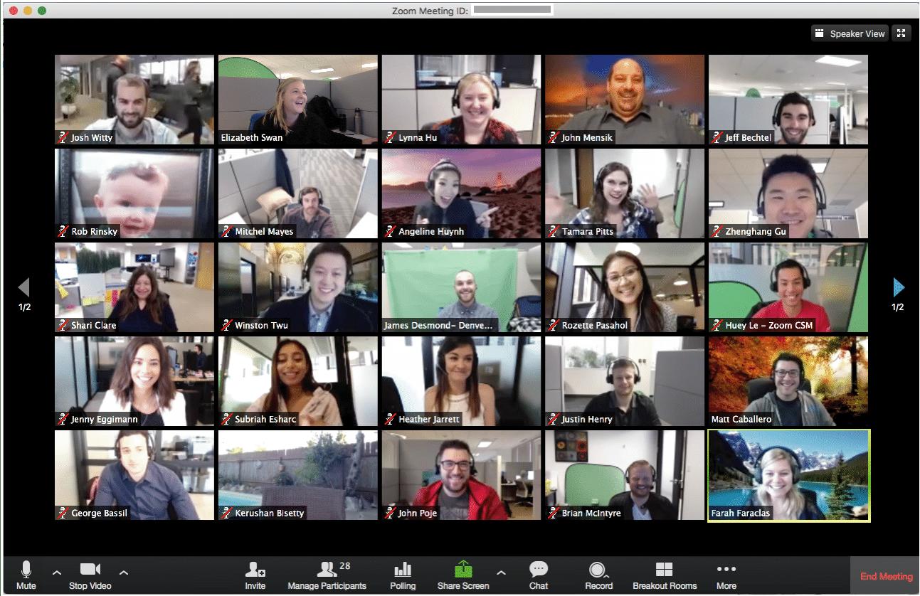 Karyawan Zoom Sedang Meeting menggunakan Zoom